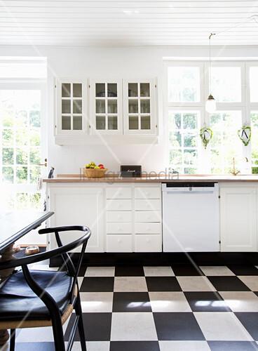 weiße Landhausküche mit Schachbrettmusterboden