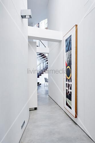 Langer schmaler Flur in Weiß mit Gemälde im Architektenhaus