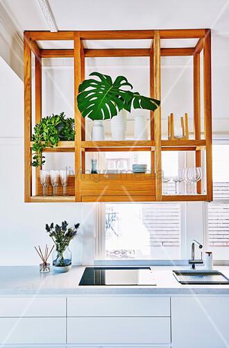 Offenes Küchenregal aus Holz hängt unter der Decke