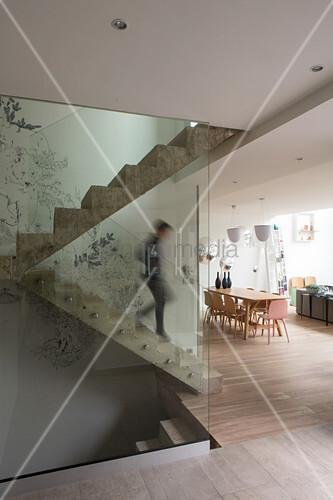 Glasbalustrade zur Betontreppe in einer modernen Wohnung