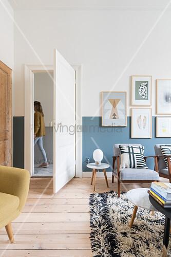 Sitzmöbel in hellem Wohnzimmer mit Holzdielenboden