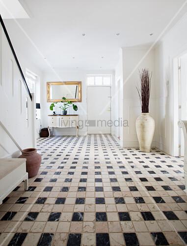 Schwarz-Weiß gemusterter Fliesenboden im Eingangsbereich
