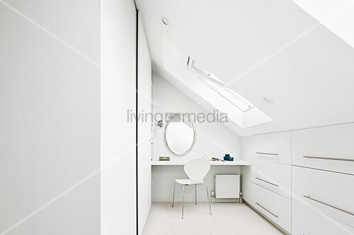 Heller Raum In Weiß Unter Dem Dach Mit Einbauschränken Bild Kaufen