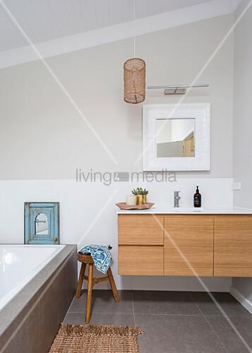 waschtisch mit holzfront holzhocker und badewanne im. Black Bedroom Furniture Sets. Home Design Ideas