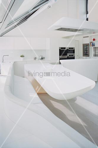 Esstisch an geschwungener Eckbank in futuristischer Wohnküche
