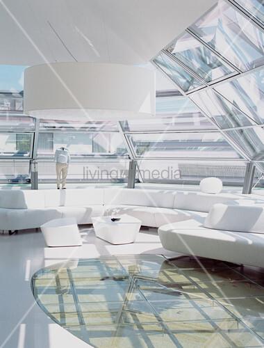 Futuristisches Wohnzimmer mit Glasdach und Glasboden