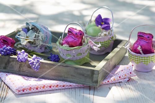 DIY-Osterkörbchen aus Eierschachteln mit Schokoladenhasen