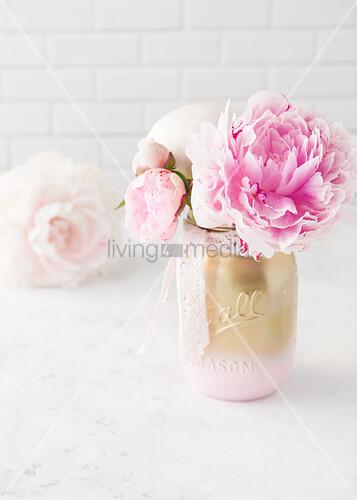 Pfingstrosen in Rosa-Gold gefärbtem Glas