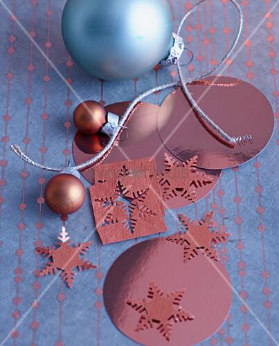Weihnachtsdeko mit Christbaumkugeln und Schneeflocken aus kupferfarbener Folie