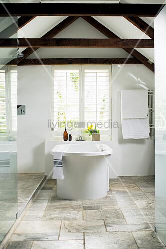 Frei stehende Badewanne vor dem Fenster … – Bild kaufen ...