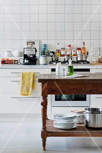 Holztisch als zusätzliche Arbeitsfläche in der Küche
