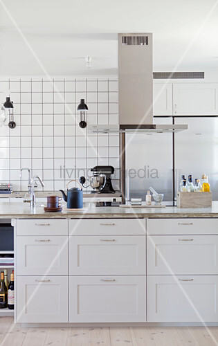 Island counter with white, country-house-style doors below extractor hood