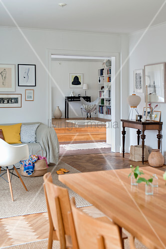 Offener Wohnraum auf zwei Ebenen mit Esstisch und Sofa