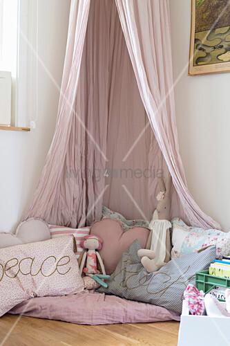 Kuschelecke ganz in Rosa mit Baldachin im Mädchenzimmer
