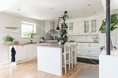 weiße Einbauküche mit Kücheninsel