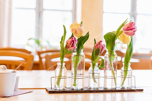 Frühlingshafte Tischdeko mit Tulpen in Glasvasen