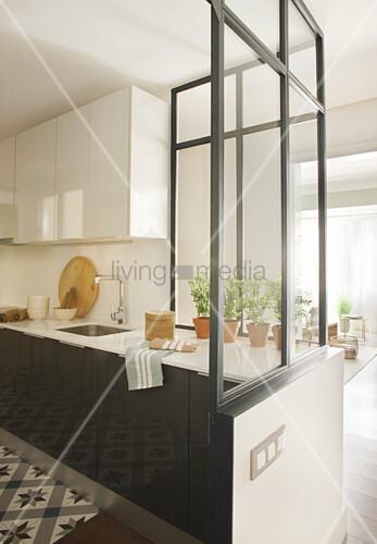 Halboffene Küche mit halbhoher Glaswand als Raumteiler – Bild kaufen ...