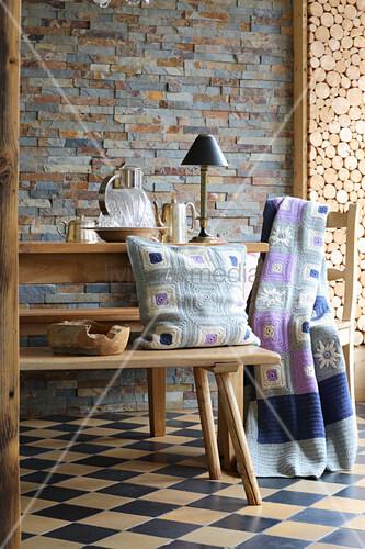DIY-Häkelkissen und Häkeldecke auf Bank und Stuhl