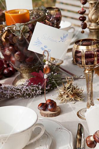 Herbstlich gedeckter Tisch mit DIY-Tischkärtchenhalter aus Kastanien