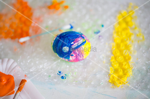 Decorating Easter egg using bubble wrap