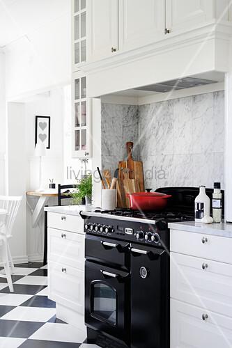 Landhausküche in Schwarz-Weiß mit modernem Gasherd