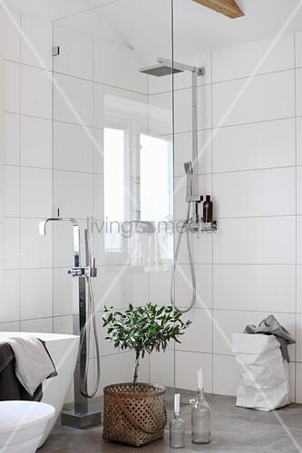 Duschbereich mit Glasabtrennung und weißen Wandfliesen