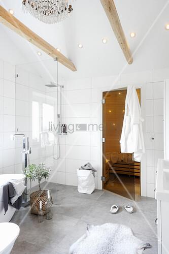 Renoviertes Badezimmmer mit Badewanne, Duschbereich und Sauna