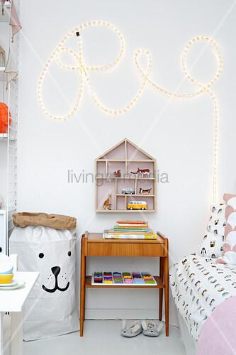 Schriftzug aus Lichtschlauch im Kinderzimmer mit Vintagemöbeln