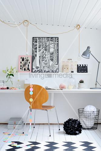Arbeitszimmer in Schwarz und Weiß mit niedriger, schräger Decke