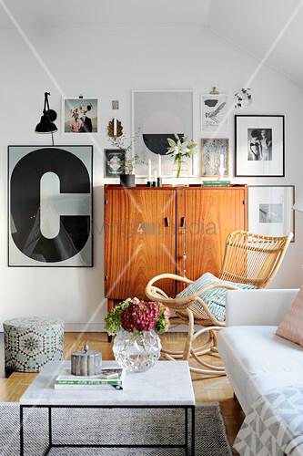 Bildergalerie um ein altes Holzschränkchen im Wohnzimmer