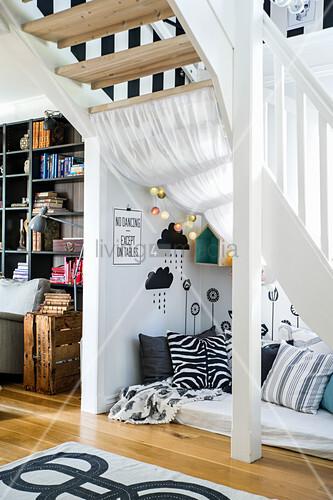 Matratze mit Kissen unter Treppenaufgang