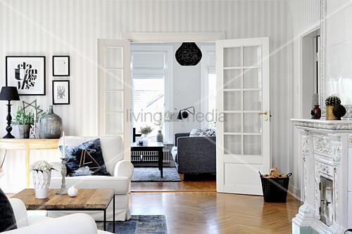 Wohnzimmer in Schwarz-Weiß mit Doppeltür und gestreifter Tapete