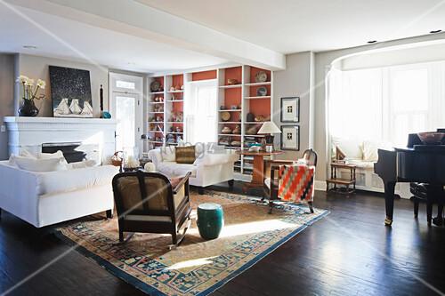 Wohnzimmer Im Amerikanischen Stil Mit Gegenüberstehenden Sofas
