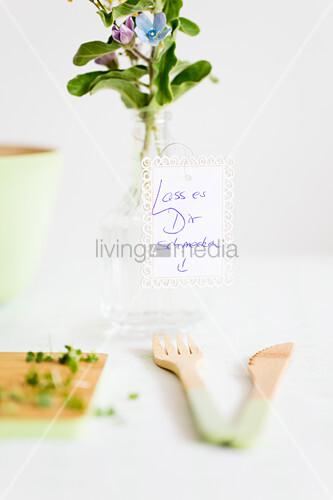 Botschaft an Blumenvase