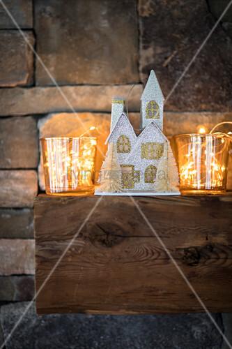 Weihnachtshäuschen und Lichterkette im Glas