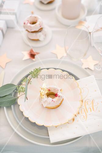 Donut auf dem Teller auf modernem Weihnachtstisch