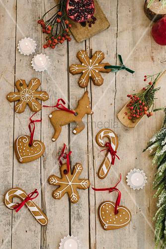 Lebkuchen mit roten Bändchen als Weihnachtsbaumanhänger