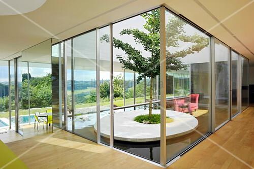 Modernes Architektenhaus mit Glaskubus und Innengarten