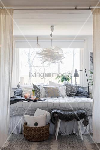 Winterliches Schlafzimmer in Grau und Weiß