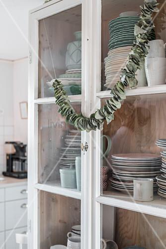Girlande aus getrockneten Blättern am Geschirrschrank