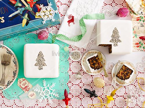 Früchtekuchen auf weihnachtlich gedecktem Tisch