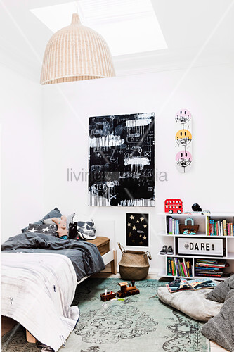 Schwarz-weißes Gemälde im Jugendzimmer mit Oberlicht