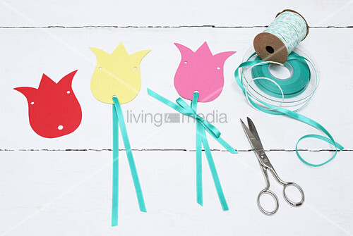 Instructions for making garland from paper tulips and ribbon