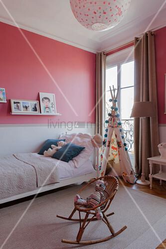 Kinderzimmer mit zweifarbiger Wand in Pink und Weiß