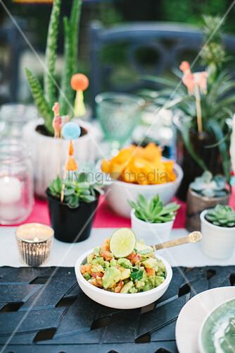 Guacamole auf dem Tisch mit Sukkulenten für mexikanische Party