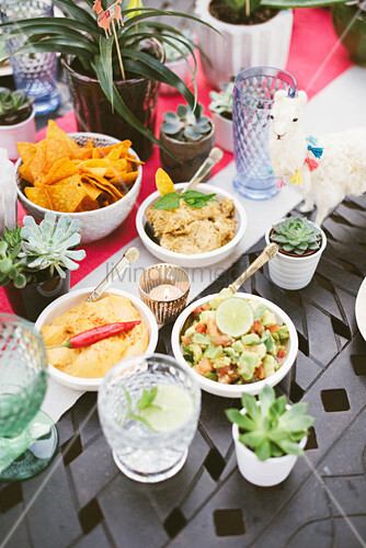 Gedeckter Tisch mit mexikanischen Spezialitäten