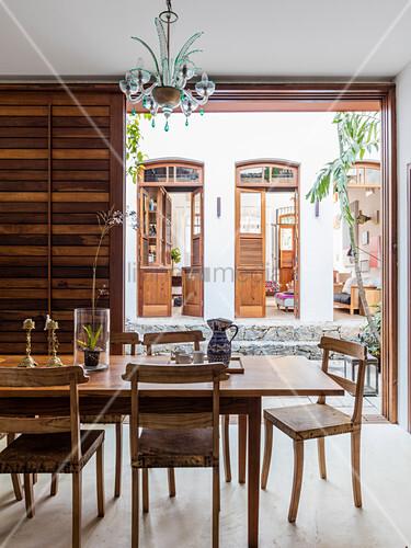 Blick vom Esszimmer über den Innenhof ins Wohnzimmer