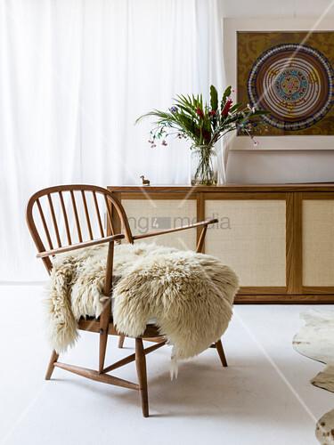 Schaffell auf einem Windsorsessel aus den 50er-Jahren