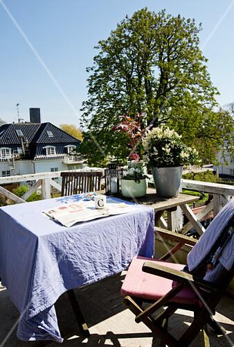 tisch mit lila tischdecke und st hle auf balkon bild kaufen living4media. Black Bedroom Furniture Sets. Home Design Ideas