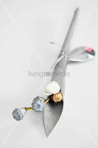 Silberne Tüte mit Eukalyptus-Knospen